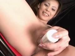 Sexy Natsumi to scores a vibrator around her beaver